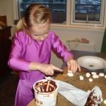 Anna Björk gör i ordning godisdekorationen