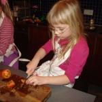 Karin Inga hjälper till i köket