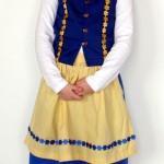 Karin Inga klädd i svensk folkdräkt