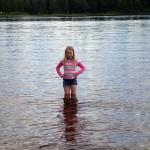 Anna testar om det är varmt i vattnet