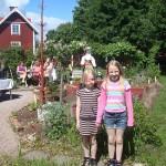 Anna och Karin på väg in till Blomstergården