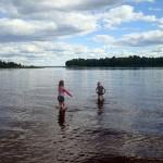Karin och Anna badar fötterna